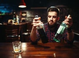 alkoholik siedzący przy barze