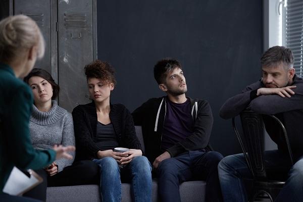 grupa ludzi podczas terapii uzależnień