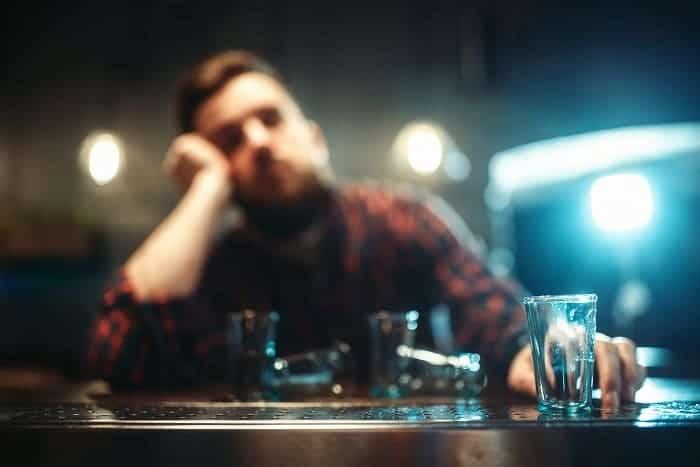 pijący mężczyzna zasypia w barze