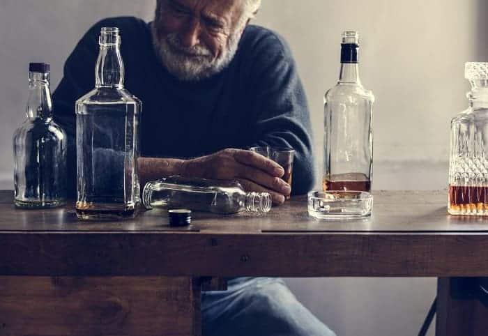 starszy mężczyzna uzależniony od alkoholu