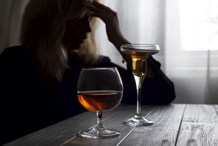 kobieta pijąca alkohol w samotności
