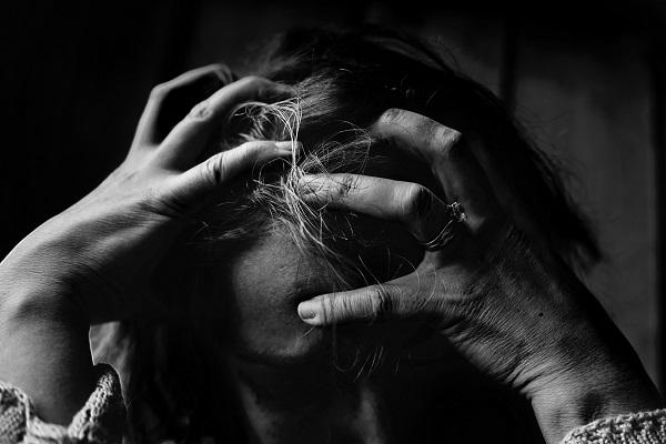 kobieta pogrążona w depresji