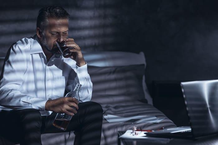 mężczyzna pijący w samotności