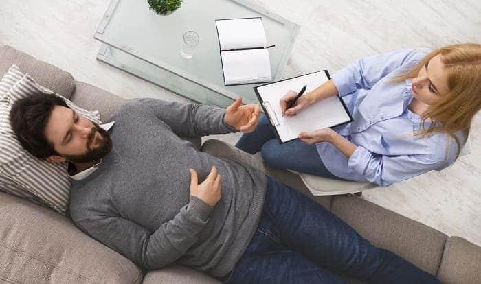 mężczyzna cierpiący na nerwice na wizycie u psychoterapeuty