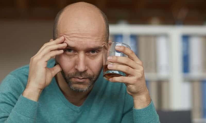 pijany mężczyzna - problemy rodzinne