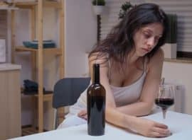 samotna kobieta pije alkohol