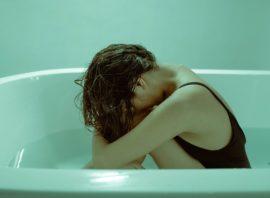 smutna kobieta w wannie