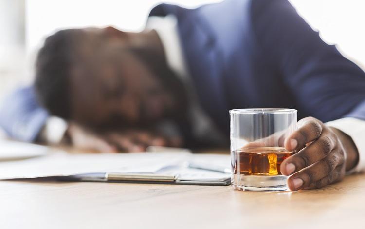 śpiący mężczyzna po alkoholu